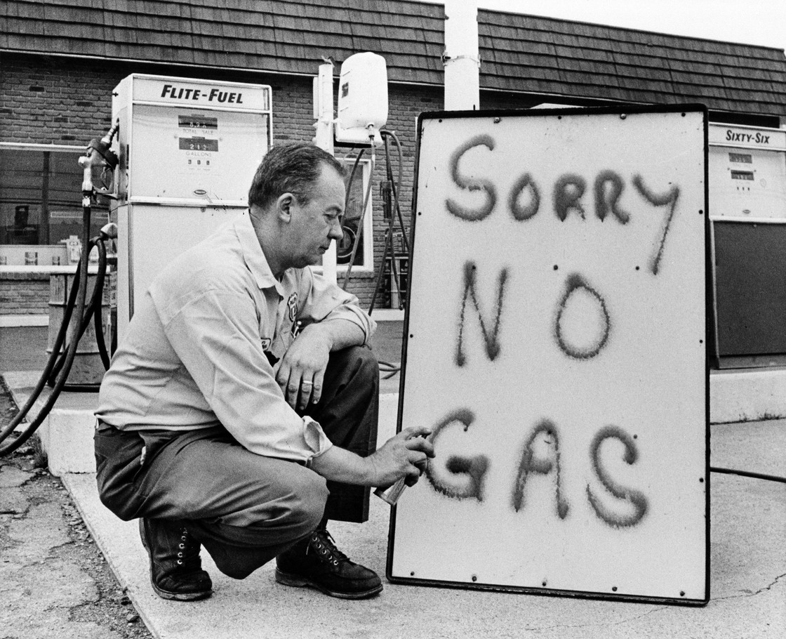 Leon Mill spray-paints a sign outside his Phillips 66 station in Perkasie, Pa., in 1973 to let his customers know he's out of gas. An oil crisis was the culprit, squeezing U.S. businesses and consumers who were forced to line up for hours at gas stations (Image courtesy of AP)