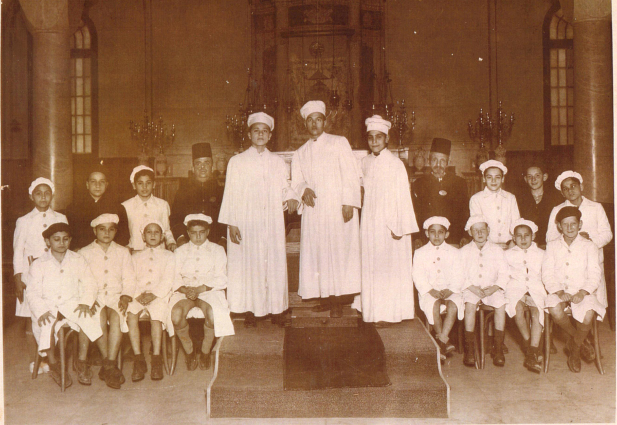 Choir of Rabbin Moshe Cohen in Samuel Menashe synagogue. Alexandria, Egypt, early 20th century. (Nebi Daniel Association public photo collection.)