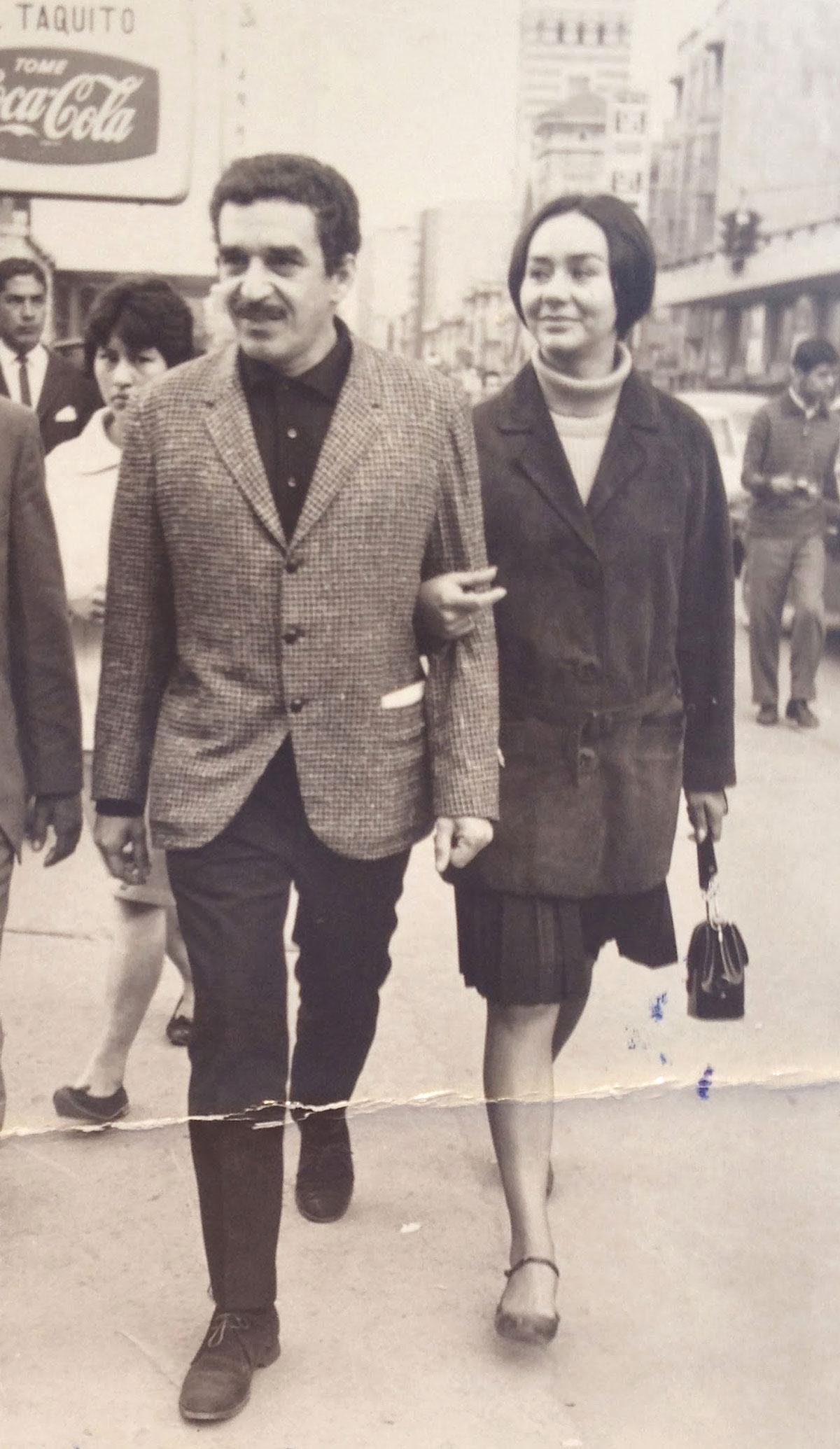 Gabriel García Márquez and his wife Mercedes in Bogota, 1967. / Gabriel García Márquez y su esposa, Mercedes, en Bogotá, 1967.