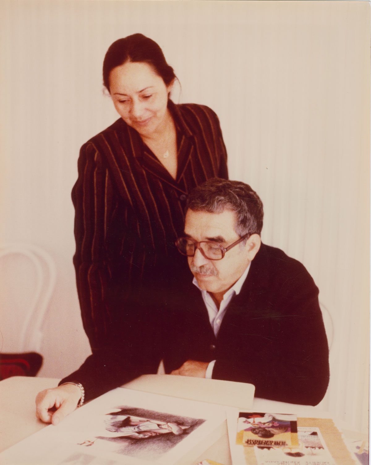 The author and his wife selecting the artwork for the cover of Crónica de una muerte anunciada; photographer and date unknown.