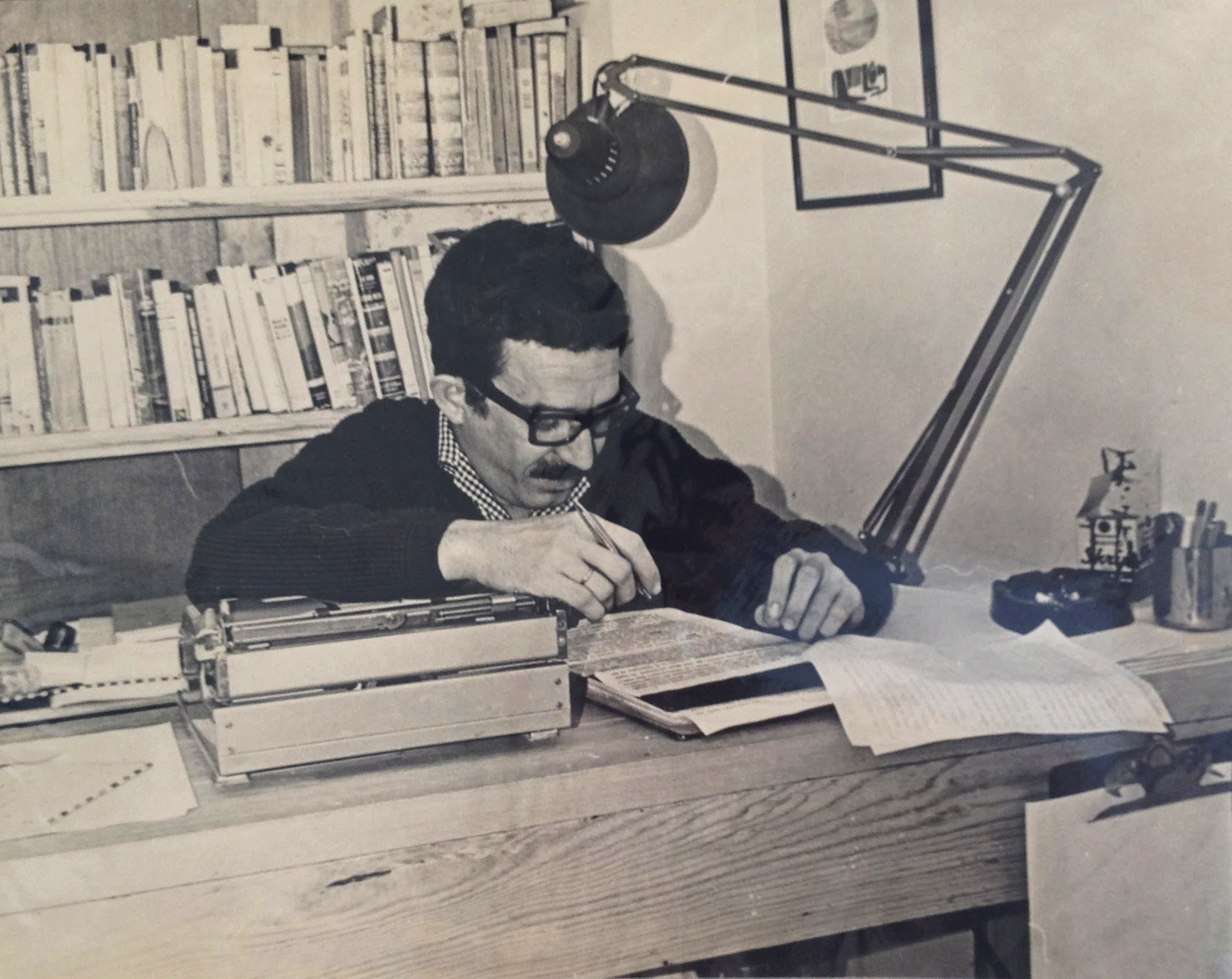 "Gabriel García Márquez working on ""One Hundred Years of Solitude."" Photograph by Guillermo Angulo Image courtesy of Harry Ransom Center Gabriel García Márquez revisando el texto de ""Cien años de soledad"". Fotografía por Guillermo Angulo Imagen cortesía del Centro Harry Ransom"