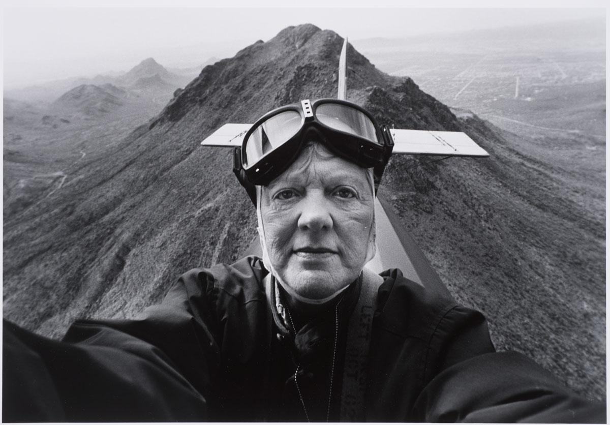 Myself as a Pilot, 1982. Photo by Anne Noggle. Yo como un Piloto, 1982. Fotografía por Anne Noggle.