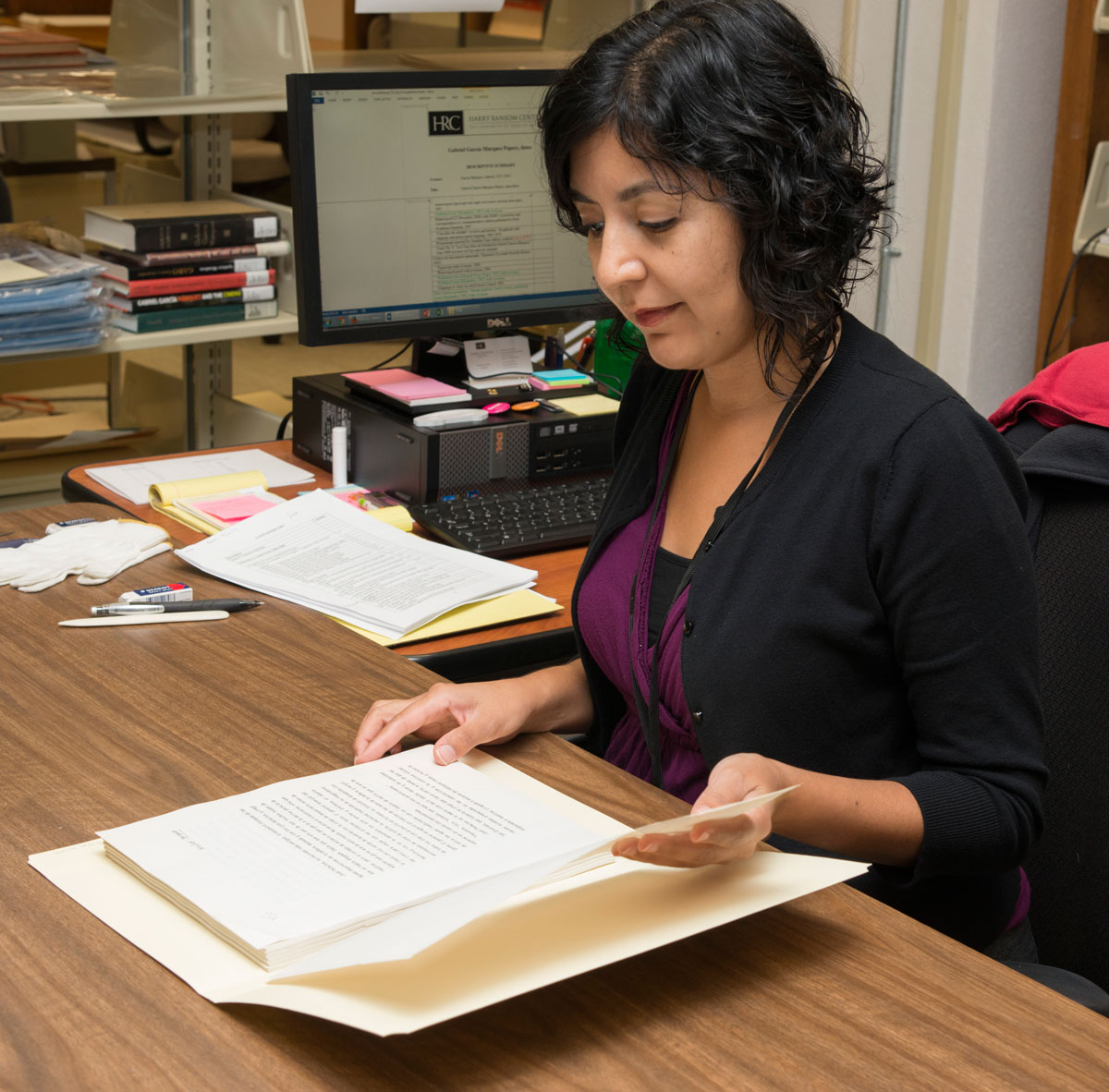 Daniela Lozano processing the Gabriel García Márquez Papers. Photo by Pete Smith. Daniela Lozano catalogando los Documentos de Gabriel García Márquez. Fotografía por Pete Smith.