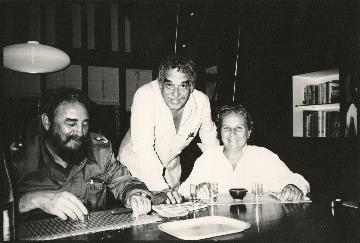 Cuban leader Fidel Castro, Gabriel García Márquez, and literary agent Carmen Balcells in Havana. Circa 1980-1990s. Image courtesy of Harry Ransom Center. Fidel Castro, Gabriel García Márquez y agente literaria Carmen Balcells, en La Habana, c. 1980–1990. Imagen cortesía del Harry Ransom Center.