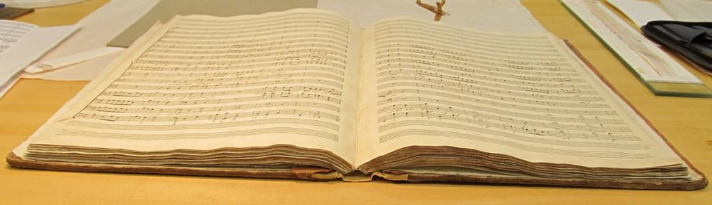 Capacité d'ouverture du manuscrit de musique.