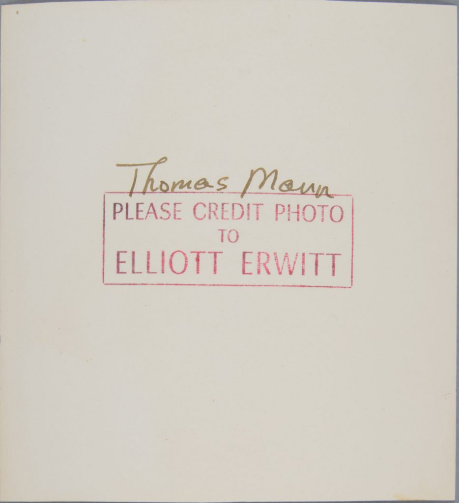 Después de tratamiento - Anverso después de remoción de adhesivos, y reverso.  Elliott Erwitt (Estadounidense, nacido en Francia 1928), New York, New York [Thomas Mann], 1950. Plata gelatina sobre papel de fibra, 13.5 x 12.5 cm. Alfred A. Knopf, Inc. Records, Harry Ransom Center. © Elliott Erwitt / Magnum Photos