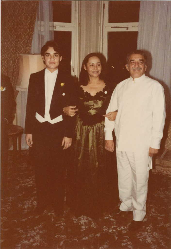 Posing with wife Mercedes Barcha and son Gonzalo García Barcha at the 1982 Nobel Prize Banquet.
